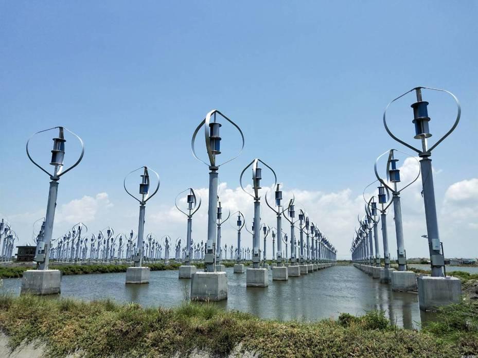 國內廠商開去年在彰化縣芳苑鄉王功養殖區建置陸上小型風力發電機組,外型很像打蛋器,被網友戲稱是外星人秘密基地。記者何烱榮/攝影