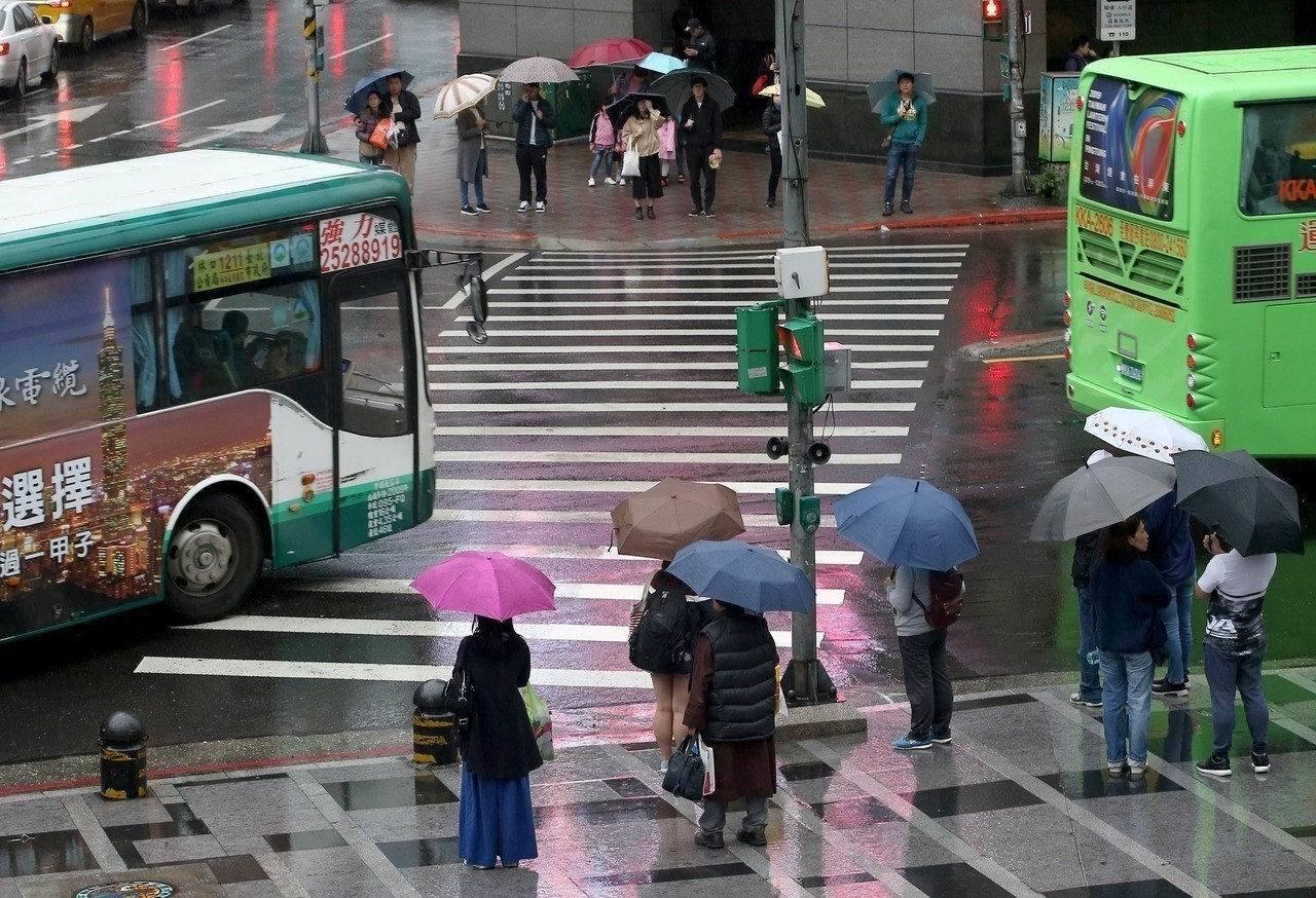 明、後天北部及東半部降雨機率較高,天氣濕涼,民眾要注意增添衣物。本報資料照