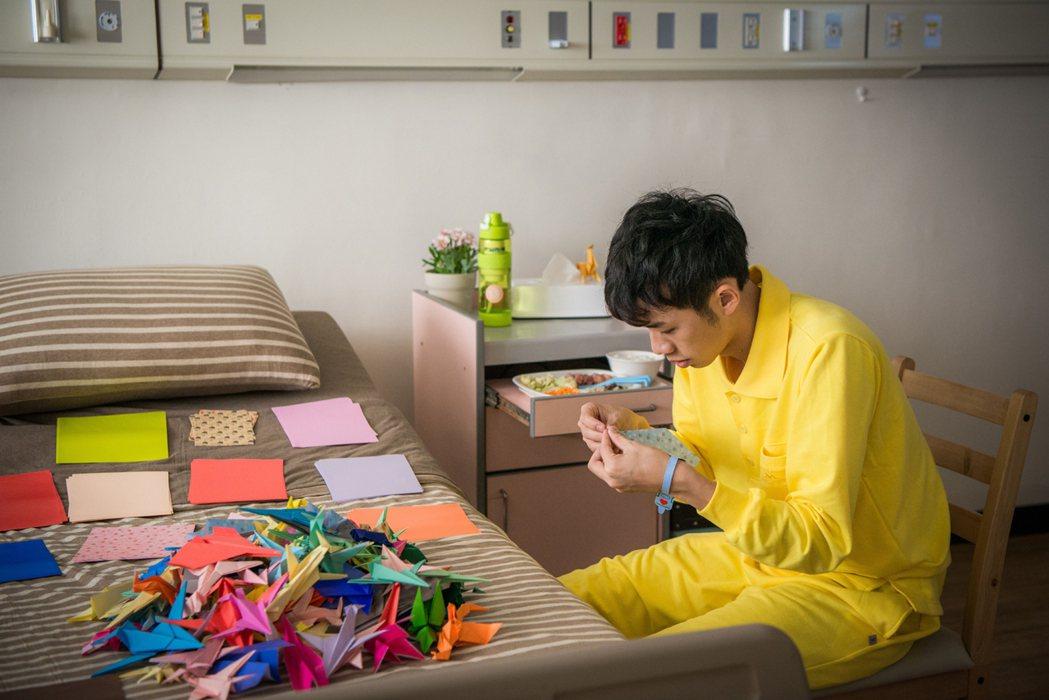 吳政迪在「烏陰天的好日子」戲中飾演自閉症患者秀摺紙手藝。圖/客家台提供