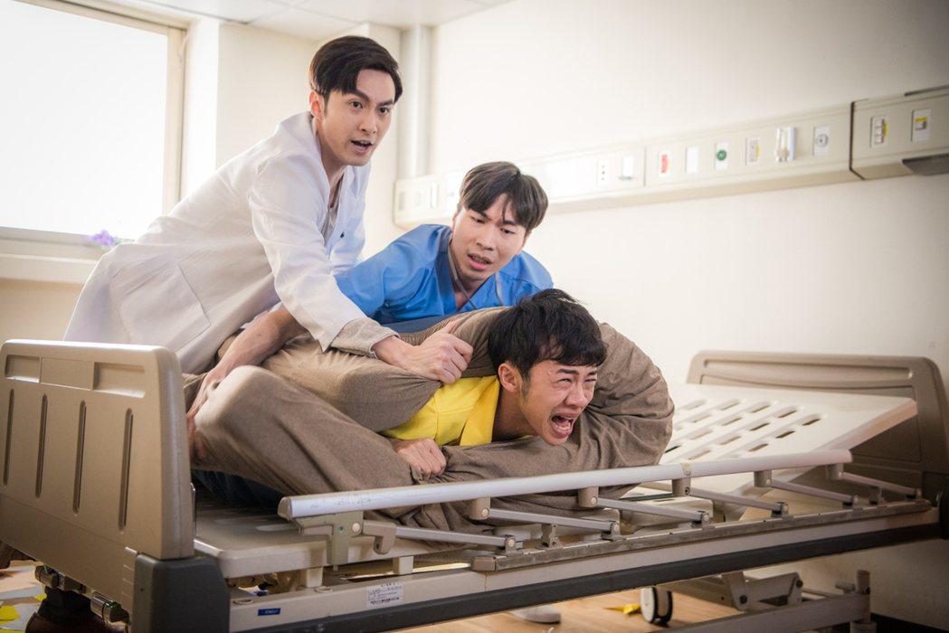 吳政迪被張雁名(左)及陳昶瑋飾演的醫護人員壓制在床。圖/客家台提供