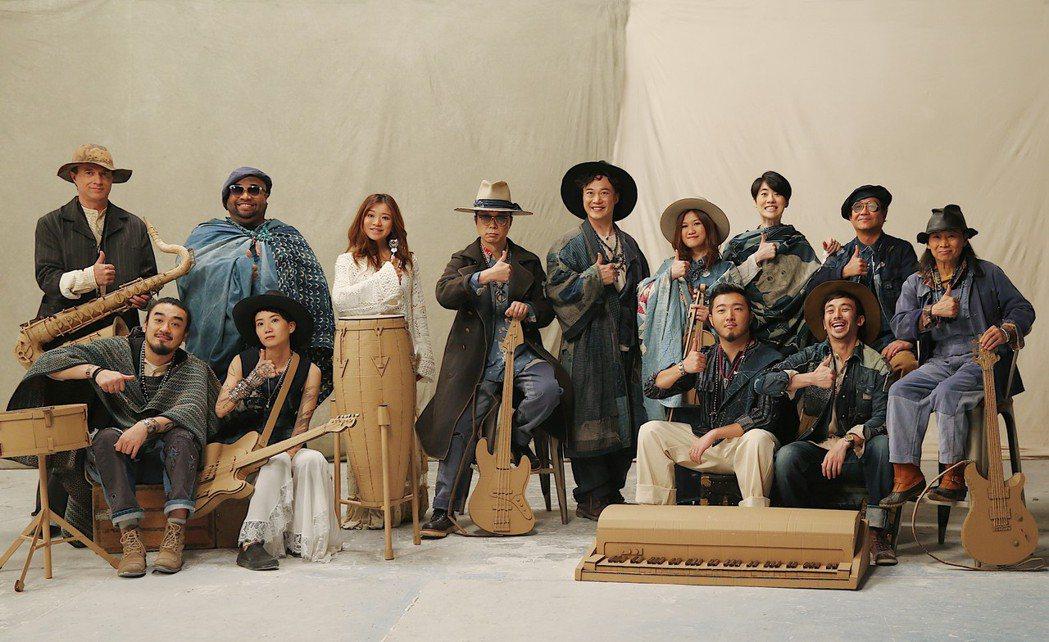 陳奕迅(後排右五)領軍的「DUO」團隊感情要好。圖/環球提供