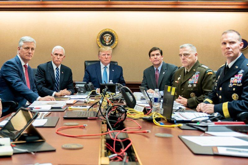 川普在白宮戰情室與國安團隊觀看獵殺巴格達迪的過程。路透資料照片