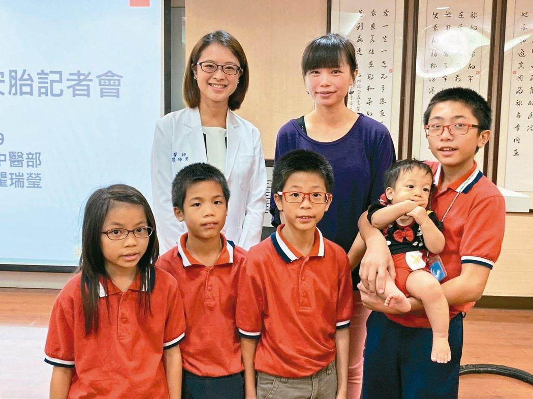楊太太與五個孩子和醫師瞿瑞瑩(後排左一)合影。 記者簡浩正/攝影