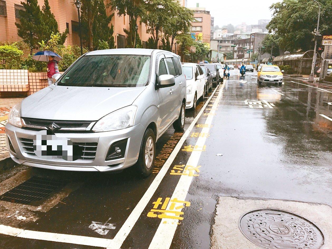 仁二路信義國小前停車格,是基隆唯一設有時段性禁停的停車格,民眾要注意禁停時間,以...