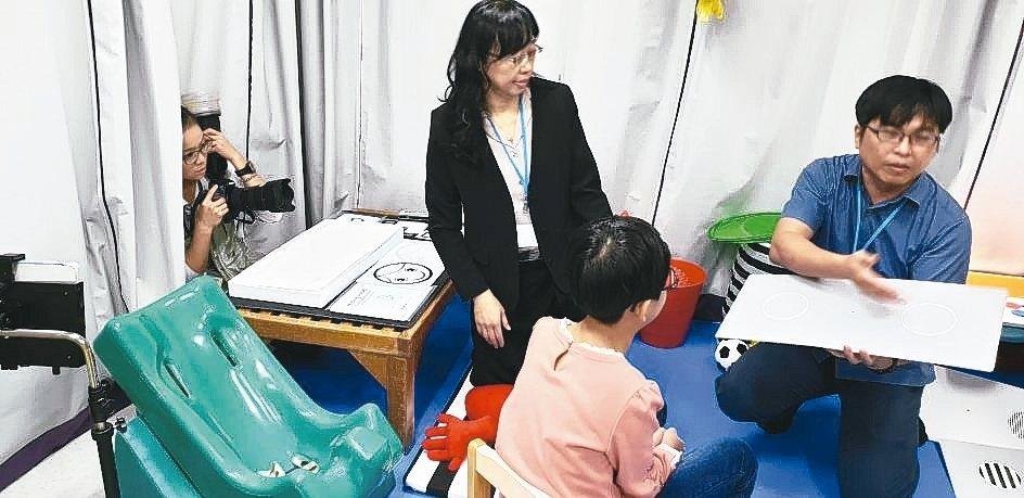 長庚特殊兒童視覺中心團隊解說中心的設備和功能。 記者鄭國樑/攝影