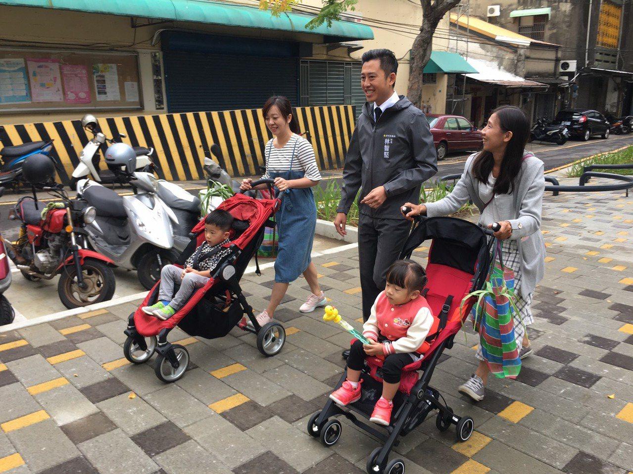 新竹市長林智堅(左三)巡視南大公園新設施,與民眾話家常。 記者王駿杰/攝影