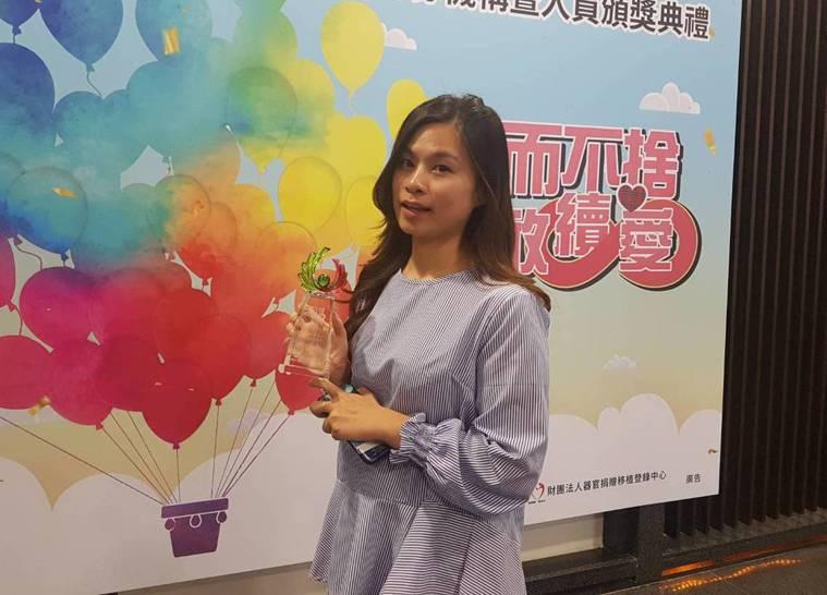 社工師邱依婷去年為同事完成大愛器捐。 記者楊雅棠/攝影