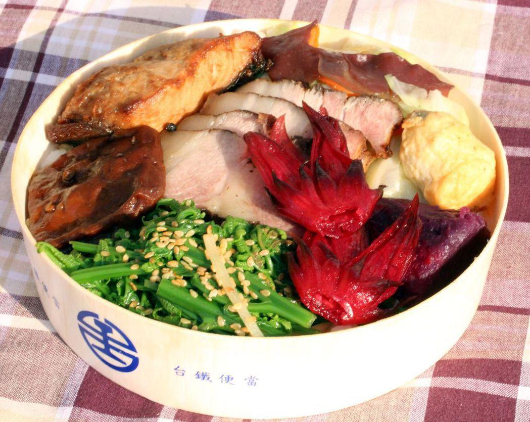花東特「蔬」便當,以原住民風味鹹豬肉及花東海產鬼頭刀魚排為雙拼主菜,搭配秀林及新...