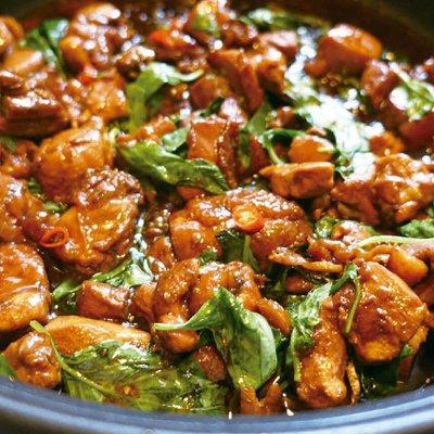 色澤誘人、香氣十足的三杯雞是很受歡迎的菜色。圖/太陽臉
