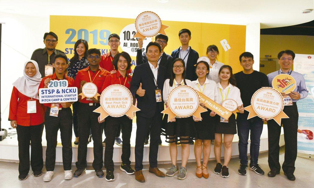 越南胡志明市醫藥大學、馬來西亞國家大學及成功大學師生一同合影。 張傑/攝影