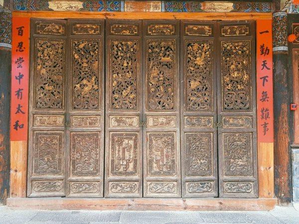 古村木雕精美,圖為雕了十年才完成的六扇門。 特派員王玉燕/攝影