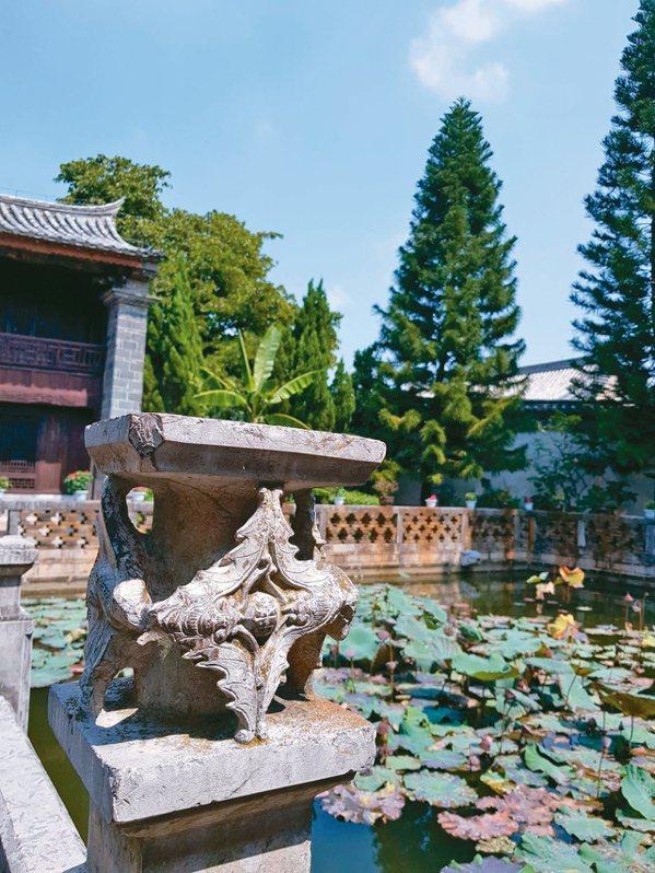 花園祠堂前池塘石欄上,精美蝙蝠石雕。 特派員王玉燕/攝影