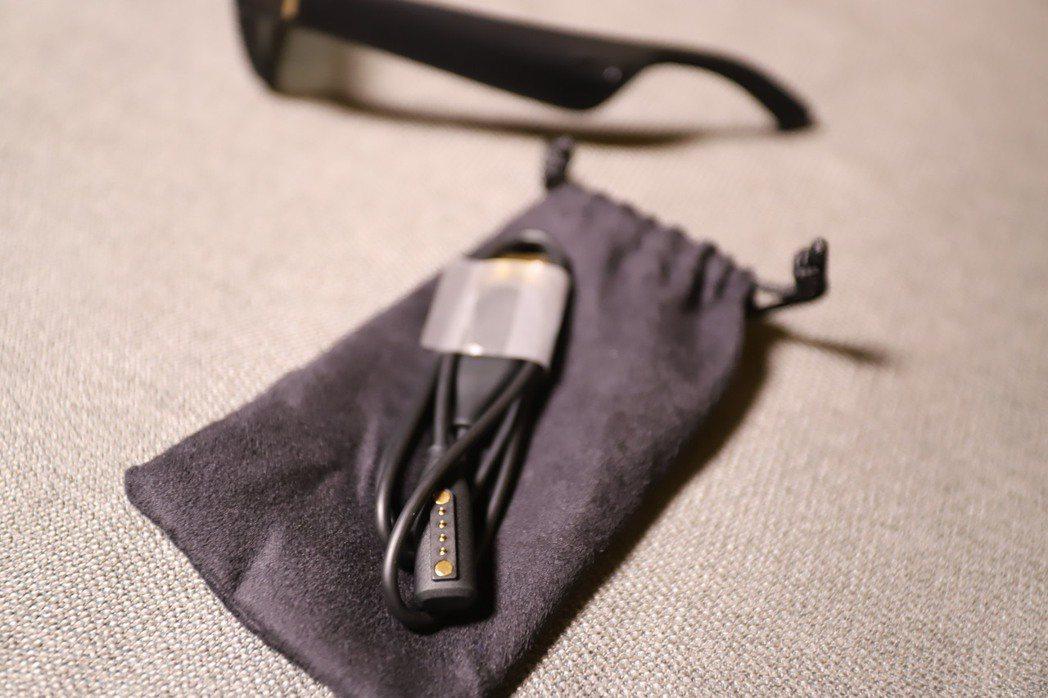 為避免充電線刮傷眼鏡,還附上纖維收納袋。 彭子豪/攝影
