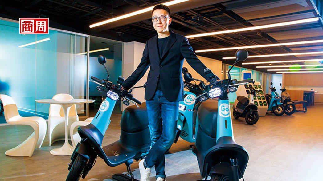 GoShare新事業總監姜家煒坐在自家製造機車上,認為有自有硬體製造及電源交換系...