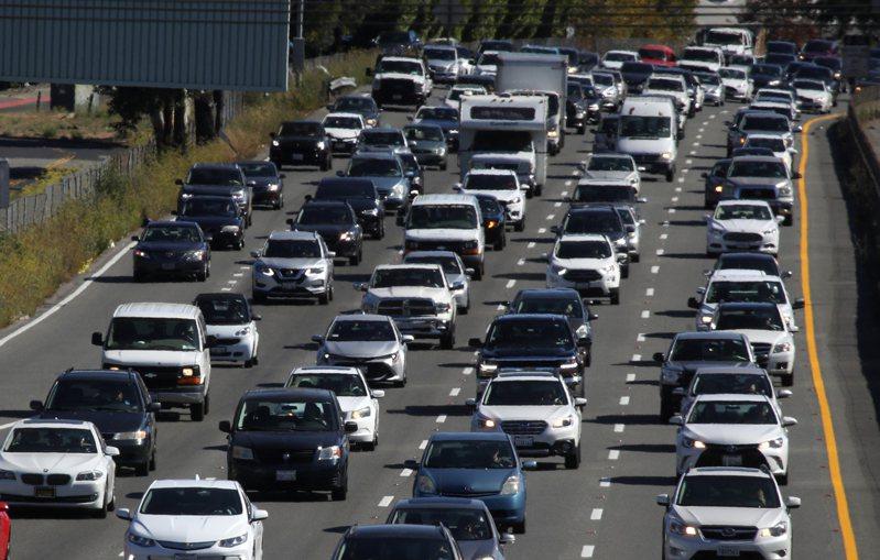 通用、豐田等車廠支持川普政府立場,認為州政府無權訂立燃油效率及排放標準。圖 為加州101號公路上的車陣。(Getty Images)
