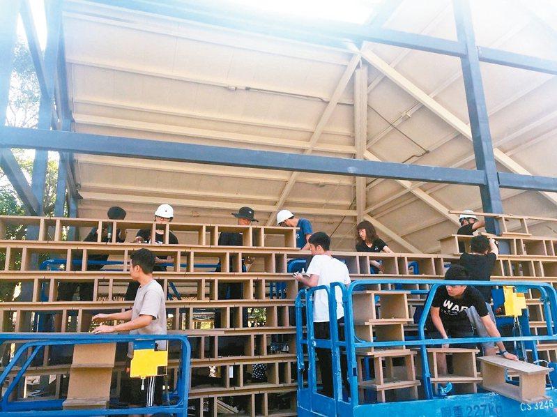 中華大學與都市計畫學系師生已卸下花博發現館上千塊再生磚,將異地重組。 圖/潘天壹提供