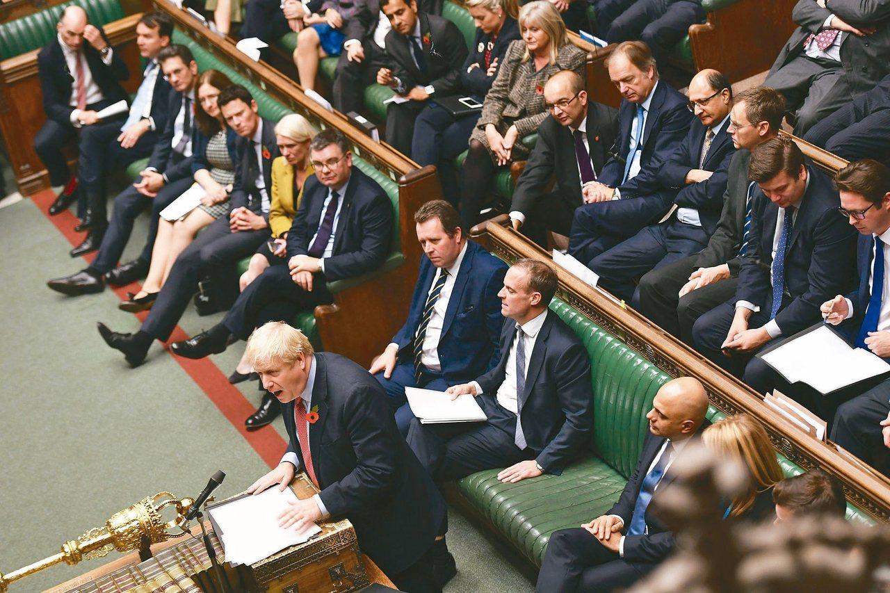 英國國會下議院29日同意首相強生(左下)提前於12月12日改選國會的計畫。 美聯...