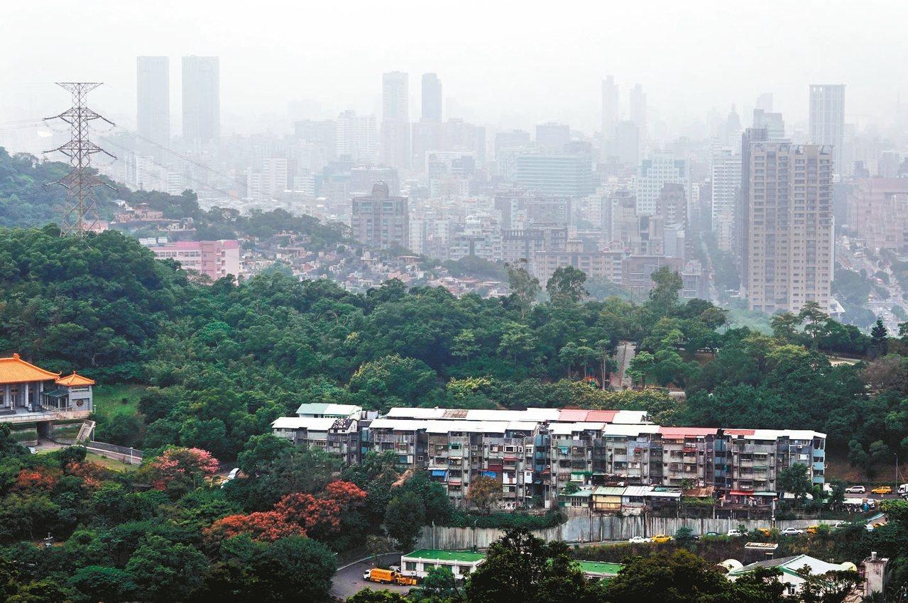 東北風挾帶中國大陸沙塵逐漸影響台灣空氣品質,上午新竹以北多數測站空氣品質指標(A...