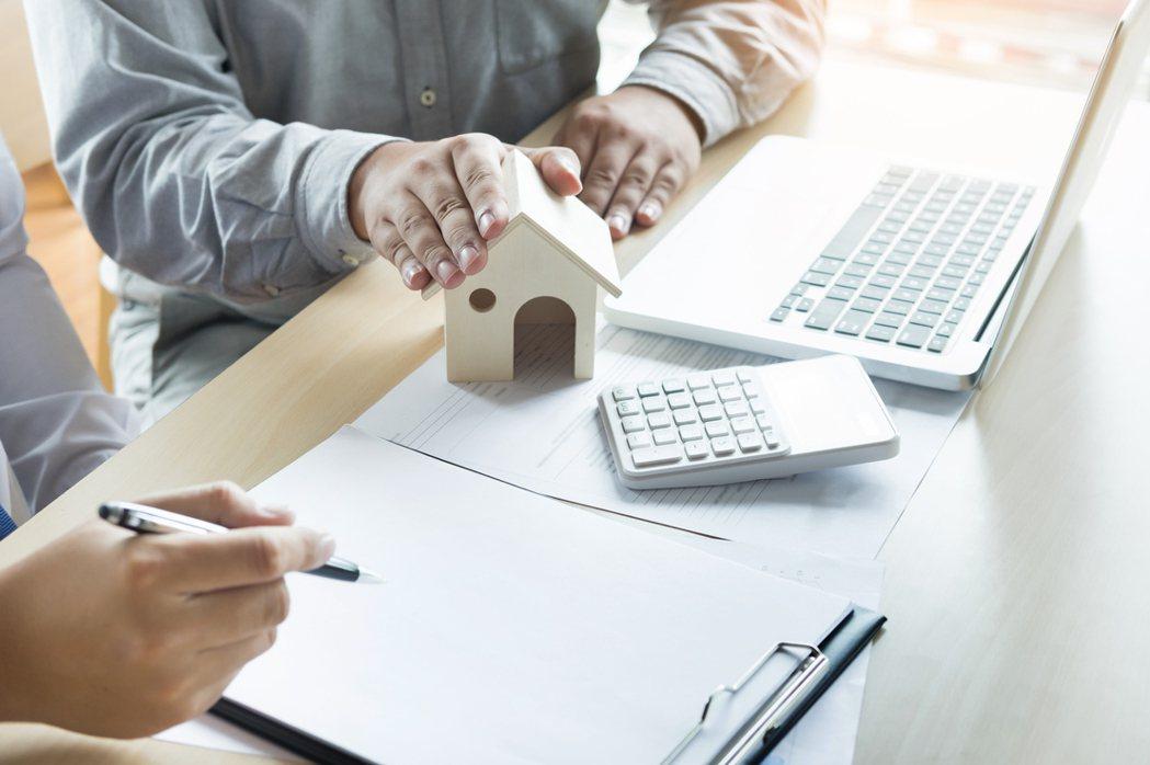 有網友認為一般上班族錢不多再加上未來會有許多變數等問題,奉勸「買房前要謹慎評估自...