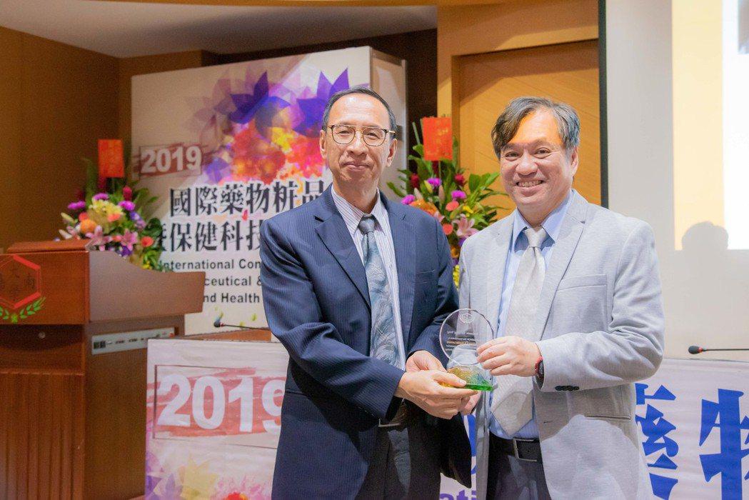 奇美醫學中心王志中副院長(左)代表致贈感謝狀予香港理工大學翁一鳴講座教授。 嘉藥...