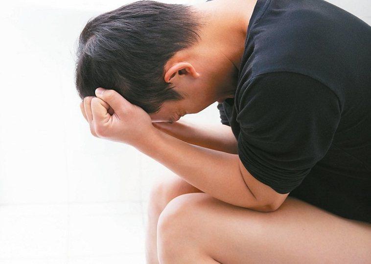 一名年輕人罹患腸胃病,一天要上20幾次大號。圖非當事人,本報資料照片