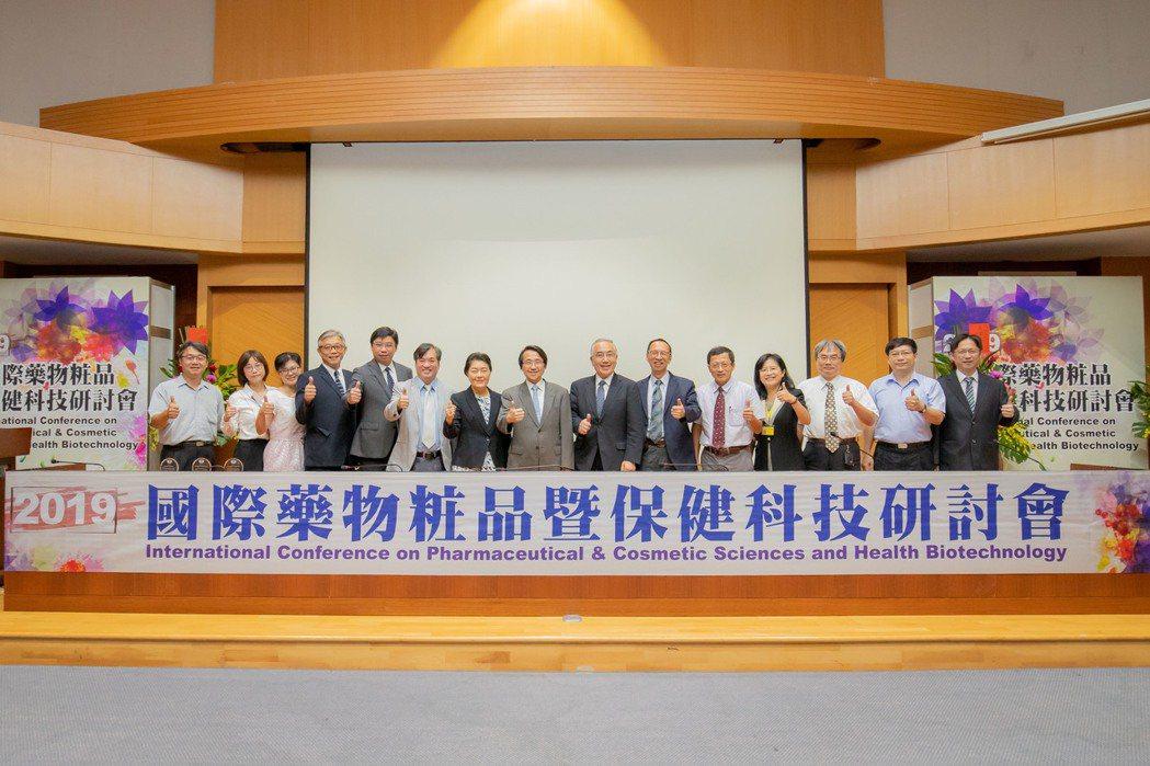 嘉藥舉辦國際藥物粧品暨保健科技研討會,吸引眾多國內外學者參加。 嘉藥/提供