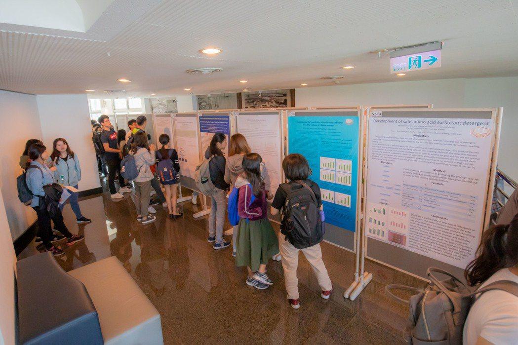 論文展覽吸引嘉藥師生參觀討論。 嘉藥/提供