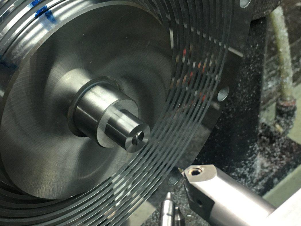 鎢合金車削加工。 金屬中心/提供