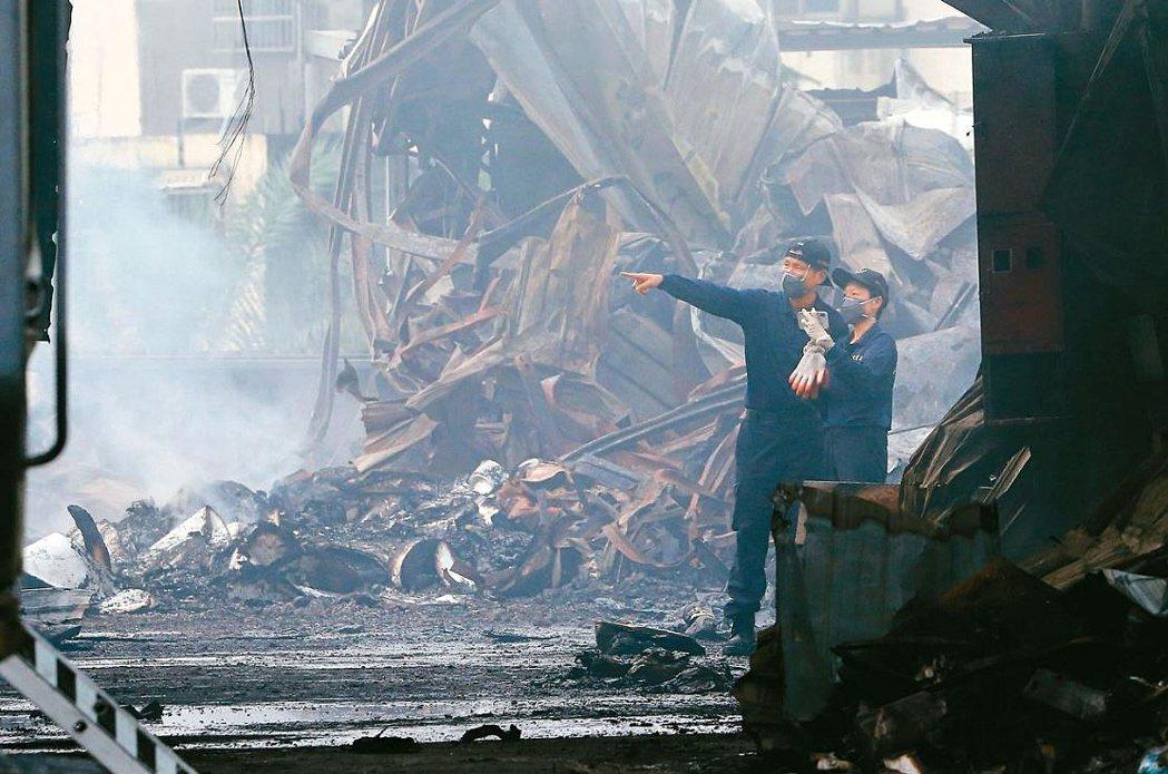 本月初台中市大雅區一處農地工廠發生大火,造成兩名消防員殉職。圖為鑑識人員進行採證...