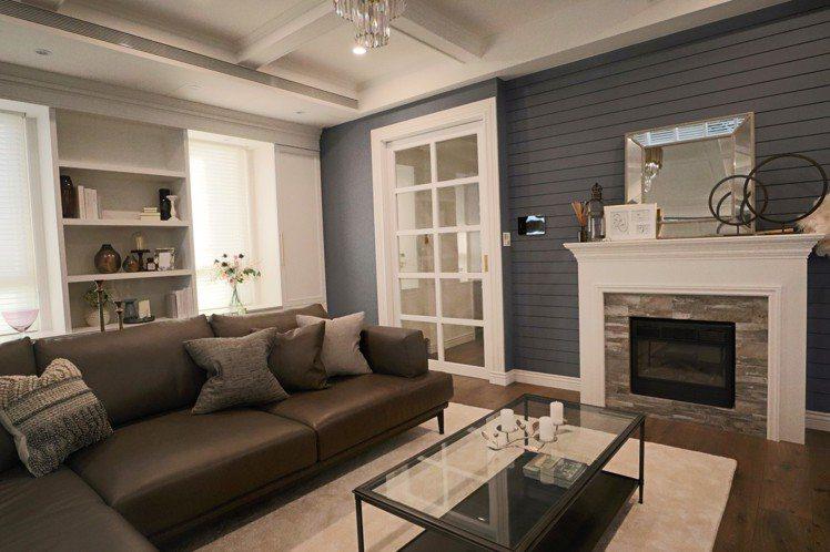 採光明亮的客廳,以藍灰色為主調,運用鋁百葉、風琴簾、絲柔百葉3種元素,既沉穩又帶...