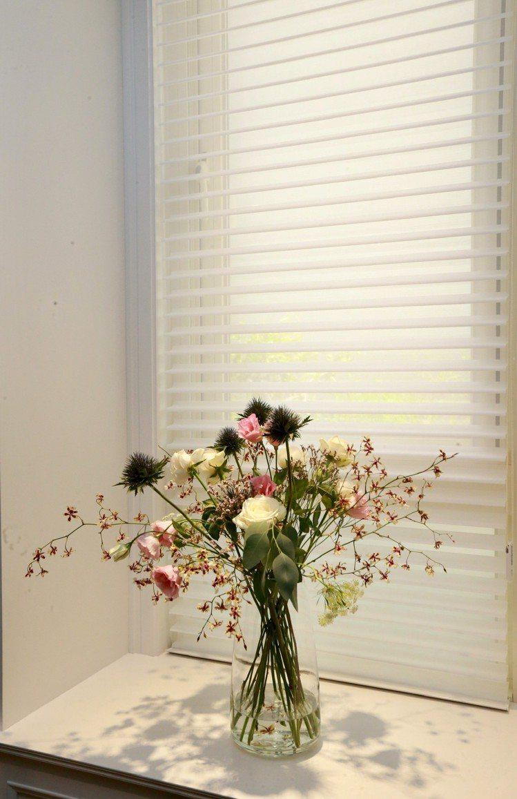 光線透過絲柔百葉變得很柔美、很有氣質。 圖/黃義書 攝影