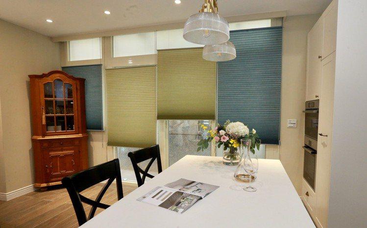 藍綠跳色混搭的風琴簾,讓餐廳增添活潑生動的用餐氛圍。 圖/黃義書 攝影