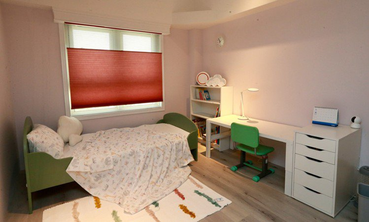 夢幻的女兒房,推拉式的無拉繩風琴簾,讓兒童安心使用。 圖/黃義書 攝影