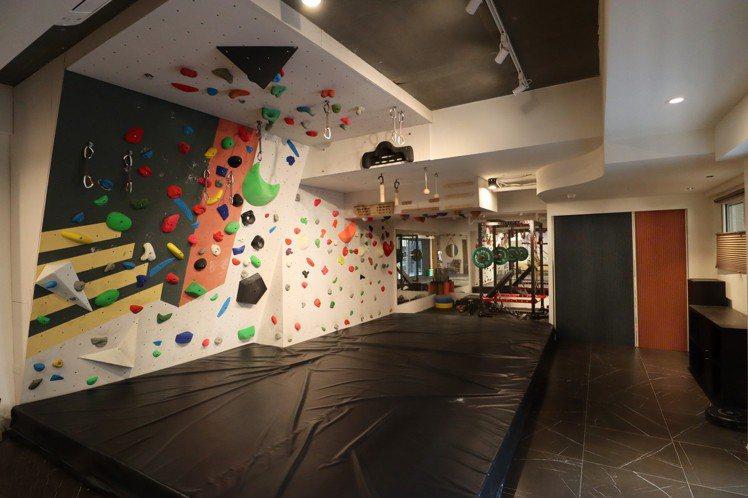 地下室的攀岩牆與重訓空間,依男女主人的興趣所規劃。 圖/黃義書 攝影
