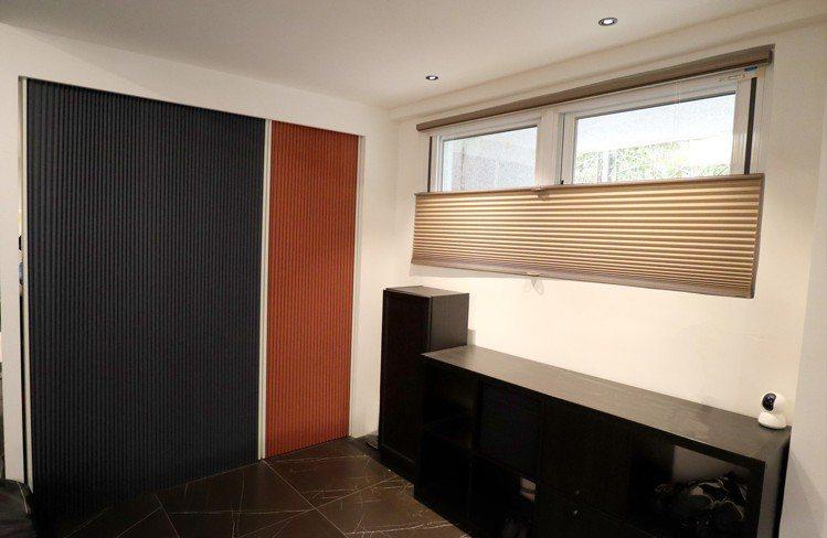 儲藏室以防黴抗菌的直立式風琴簾做輕隔間,大膽跳色,讓空間變得很繽紛。 圖/黃義書...