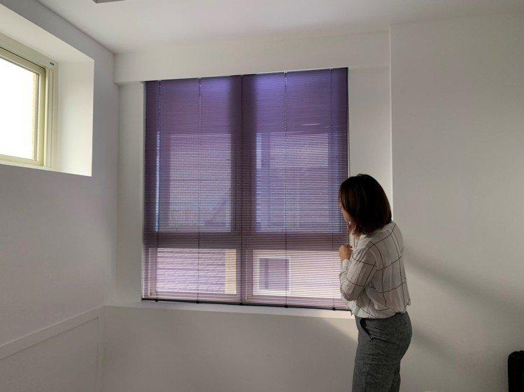 頂樓採光強,以艷麗的紫色鋁百葉,讓視覺柔美降溫。 圖/黃義書 攝影