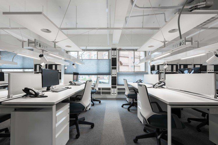 礎石以機艙為設計靈感,桌面整齊看不到線路,只花49天完工。 圖/礎石設計提供