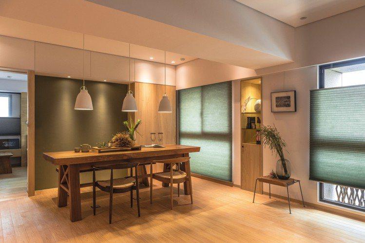 溫暖的木質和綠色的風琴簾配搭,給人一種休閒愜意感。 圖/礎石設計提供