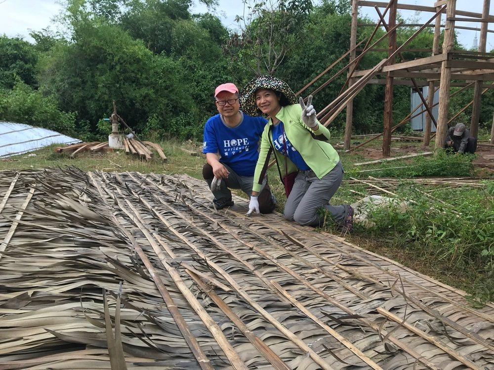 年過七旬的退休公務員程原祥(左),平常樂於當志工,還跟著女兒出國,頂著酷暑與語言...