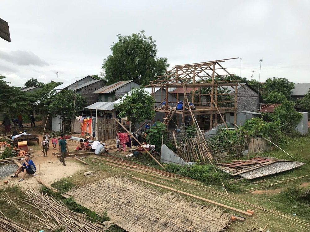 柬埔寨首都金邊40公里近郊的烏棟社區,有不少從市區被迫搬家的家庭落腳,台灣寰宇希...