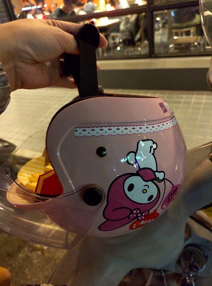 同樣粉紅色、印有美樂蒂、都可以裝薯條、都可作為提籃的安全帽,讓網友們笑翻。圖擷自...