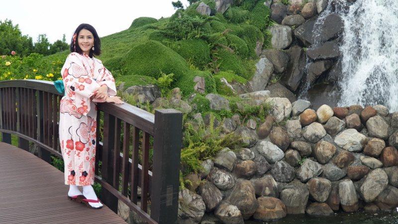 藍心瑩親自示範浴衣體驗,身影穿梭在日式園區中,別有浪漫氛圍。 徐谷楨/攝影