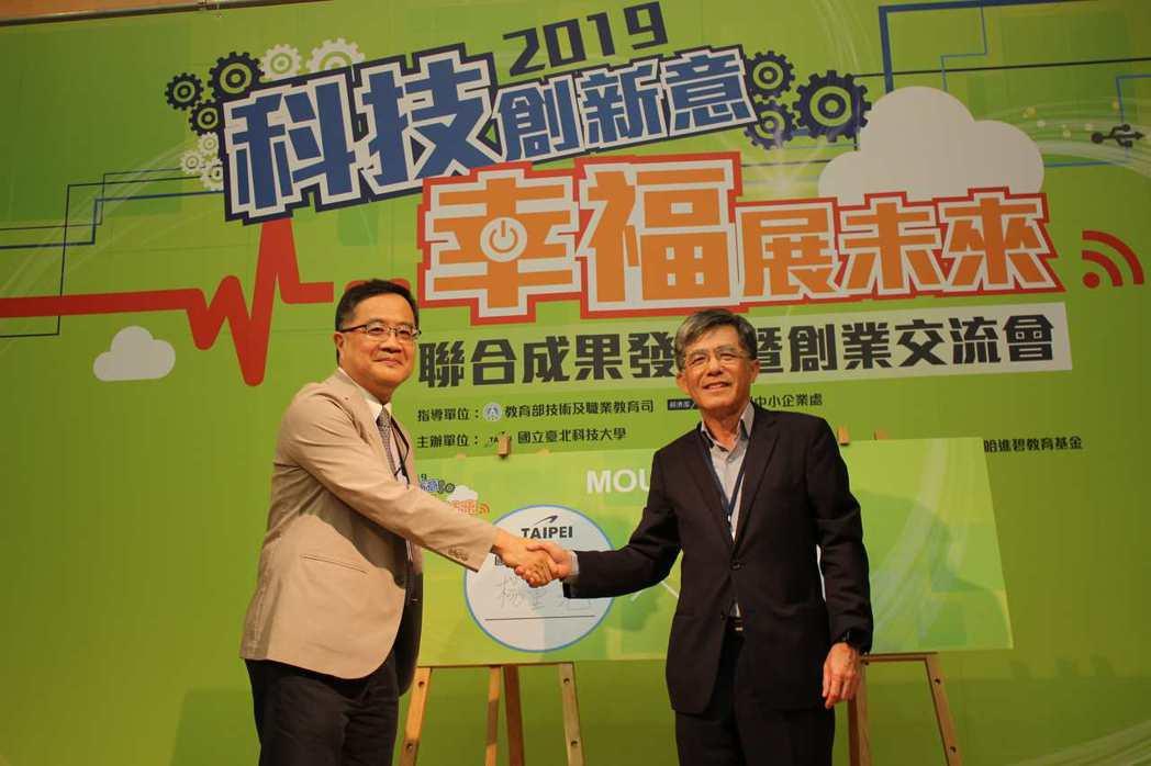 北科大副校長楊重光(左)與藍天電腦副董事長蔡明賢代表簽約,攜手培育新零售人才。 ...