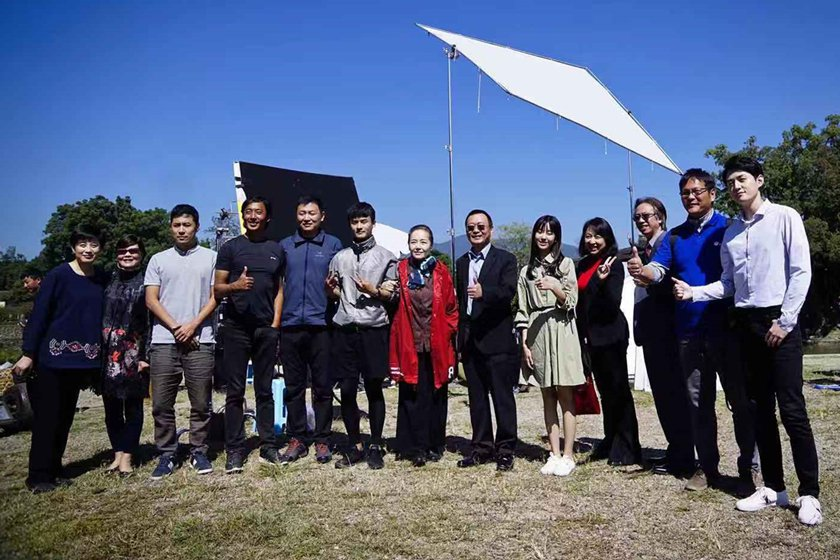 中國科大副校長廖憲文探班電影9號球衣劇組,與導演及眾明星們合影。 校方/提供