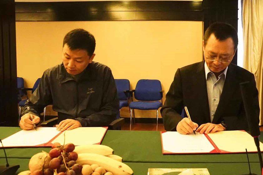 中國科大副校長廖憲文(右)與奧那蘭多董事長褚忠夫簽屬人才培育合作備忘錄。 校方/...