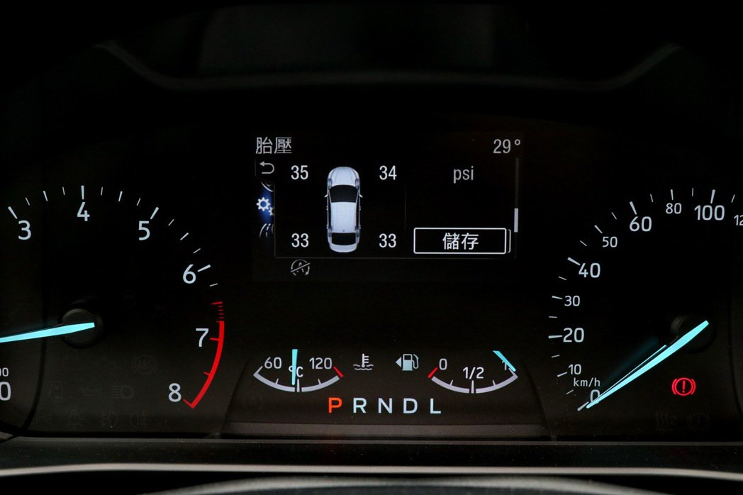 儀錶板內4.2吋行車資訊顯示螢幕,提供包括四輪獨立胎壓。 記者陳威任/攝影