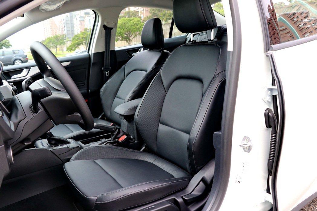 皮質座椅讓車室整體質感升級。 記者陳威任/攝影
