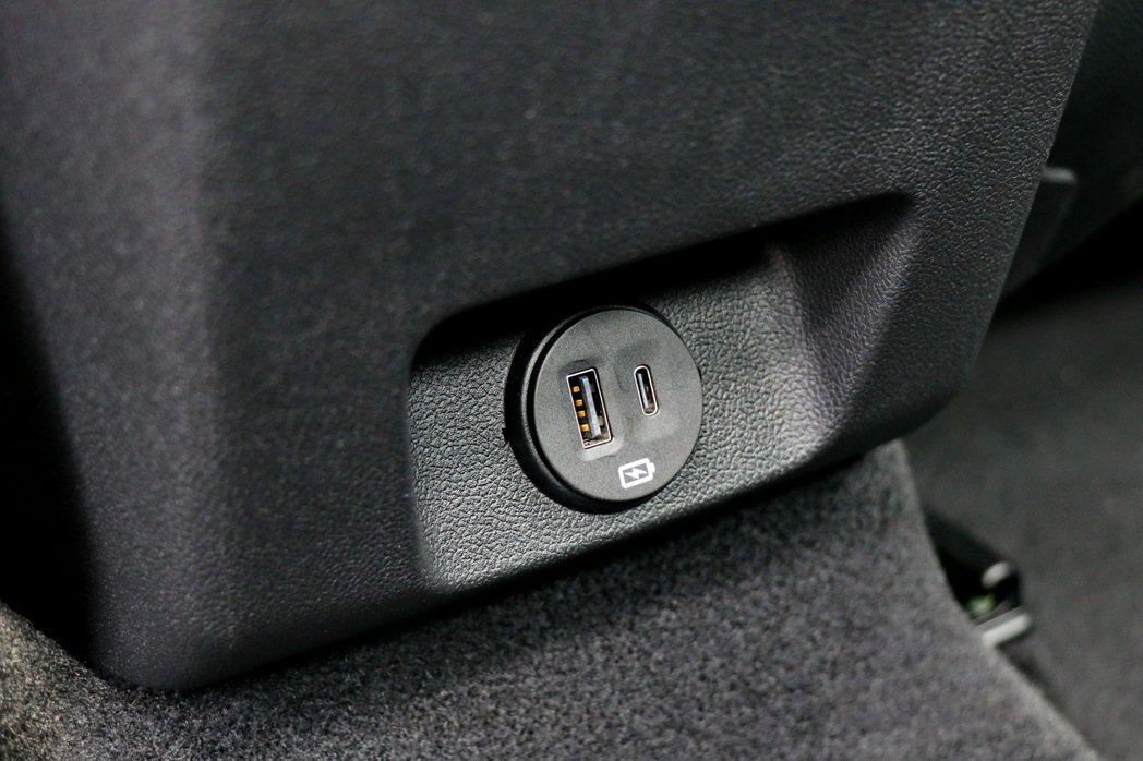 中央扶手下方多了一個USB連接埠及一個Type-C連接埠。 記者陳威任/攝影