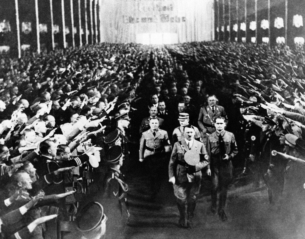 接下來的內外局勢都急轉直下,歷史的天平快速向希特勒傾斜。 圖/美聯社
