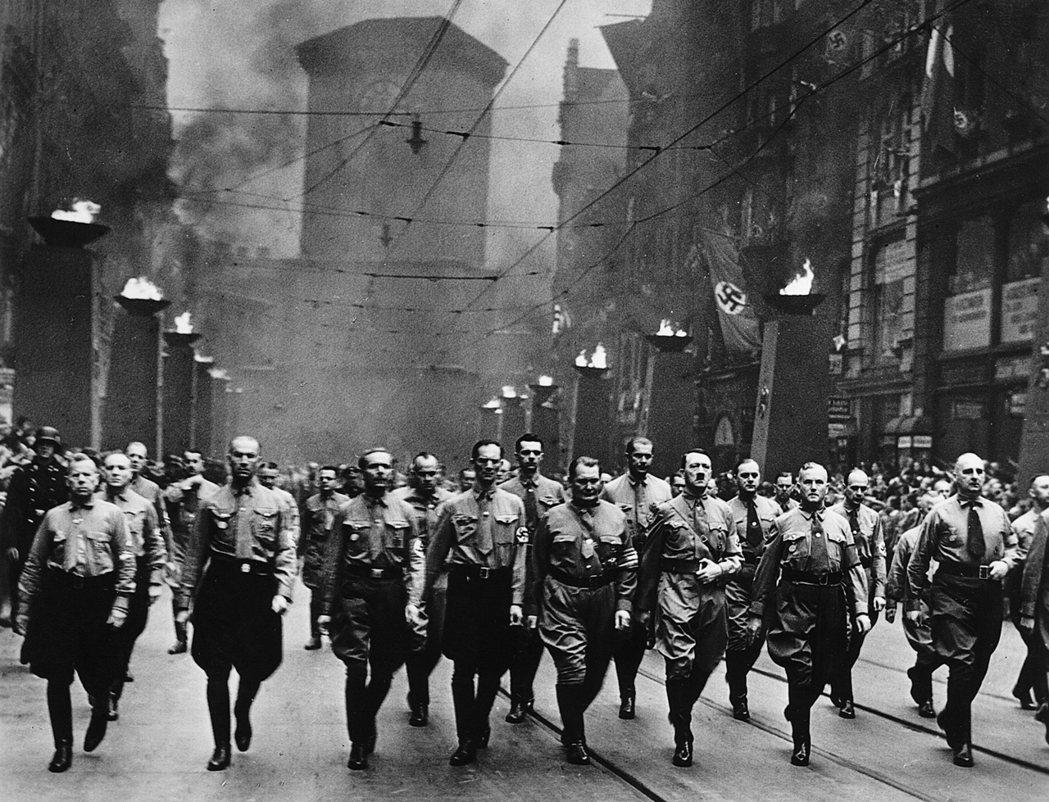 1933年希特勒在德國取得政權,動員全國之力擴張軍備,第一個目標就是要「收復」家...